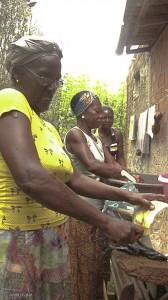 Dona Maria Leite no preparo da moqueca de jaca verde (FOTO: Ivana Flores)