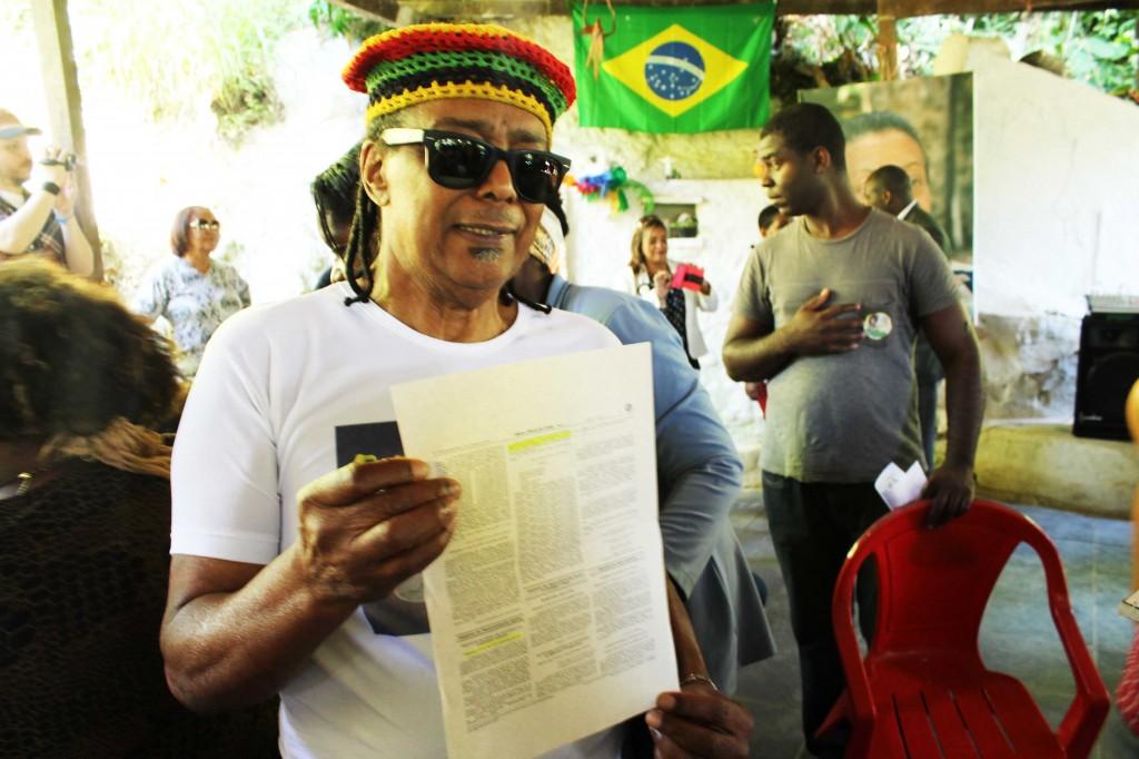 Luiz Sacopã mostra o documento de reconhecimento de domínio entregue pelo Incra