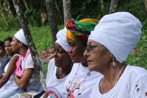 Mãe Rosa de Itaparica (no primeiro plano) com duas de suas filhas de santo