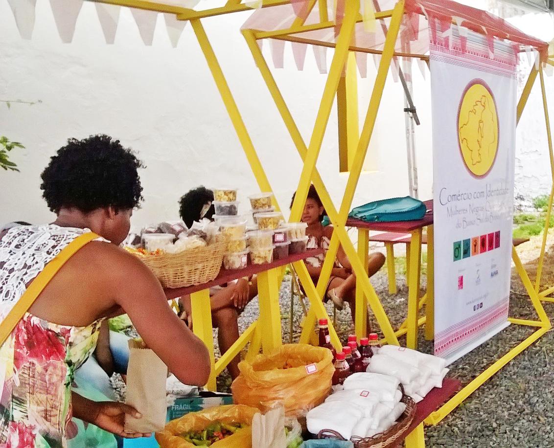 Barraca das mulheres quilombolas no Mercado Iaô, em Salvador (BA): primeira atividade do projeto